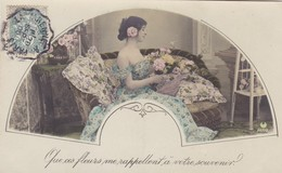 CARTE FANTAISIE. PORTRAIT DE JEUNE FEMME DANS UN ÉVENTAIL . ANNEE 1905 - Femmes