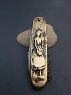 Ancien Couteau Numéroté Laiton Fer Personnages - Femme Et Homme - - Knives
