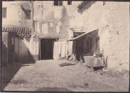 ALCARAZ Albacete Cour De La Fonda Mauricio Septembre 1954 Photo Amateur Format Environ 5 Cm X 8 Cm - Plaatsen