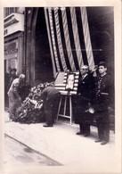 DECES DE FRANLIN ROOSEVELT - 2 GRANDES PHOTO  FORMAT 130x180 - DATE AU VERSO 1945 - LE LIEU SEMBLE ËTRE PARIS (policier. - Guerre, Militaire