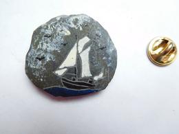 Beau Pin's En Ardoise Peint , Marine Bateau Voilier - Barcos