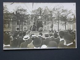 Ref5842 Carte Photo De Trois Hommes Dans Une Nacelle Entourée D'une Foule (n°4) - Ballon, Montgolfière ? - Aviation