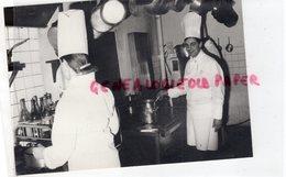 23-FELLETIN-PHILIPPE RICHEN DANS SES CUISINES DE L' HOTEL DE LA GARE  - 1986 CREUSE RARE PHOTO ORIGINALE - Personas Identificadas