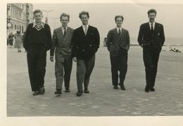 Jeunes Hommes Belges En Costume Dans Une Ville Au Bord De Mer En Belgique - Années 1950-60 - Personnes Anonymes