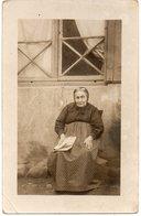 FEMME 803 : Photo Darves Blanc 44 Rue Beaubrun A Saint Etienne ;  Vieille Avec Son Journal - Femmes