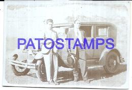 111872 AUTOMOBILE OLD CAR AUTO SEDAN AND TWO MAN 7.5 X 5 CM PHOTO NO POSTAL POSTCARD - Postales