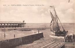 PORT EN BESSIN - Pendant La Tempête - Arrivée Au Port - Bateau - Port-en-Bessin-Huppain