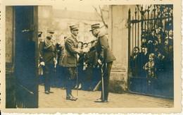 Carte Photo Format Cpa  Rencontre Entre Hitler ? Et Le Maréchal Pétain ? Se Serrant La Main - Guerre 1939-45