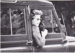 Postcard - HRH The Queen Driving Around Her Estate - VG - Sin Clasificación
