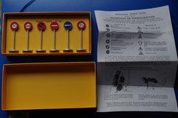3/ Dinky Toys  Panneaux De Signalisation Ville Importé Par Norev Editions Atlas 2008 - Giocattoli Antichi