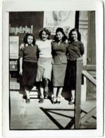 Foto/Carte Photo. 4 Jeunes Femmes/Pin Up Devant Plaque Publicitaire. - Pin-Ups
