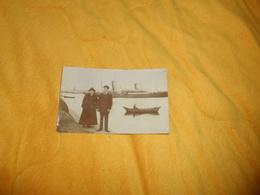 CARTE POSTALE PHOTO  ANCIENNE CIRCULEE DE 1917. / A IDENTIFIER PORT ?. COUPLE SUR QUAI ?..BATEAU..ANGLAIS ?... - Other