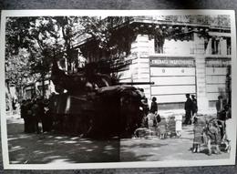 Photo D Un Char Militaire En France Libération De Quelle Ville  Devant Magasin En Ville Militaria - Krieg, Militär