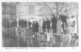 PARIS  - INONDATIONS ( Crue ) 1910 - Avenue Montaigne ( Bon Plan Sur Passerelle ) - CPA - Seine - La Crecida Del Sena De 1910