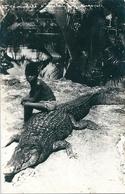Superbe Carte Photo N Et B D'un Jeune Malaisien Et Son Crocodile   à  Singapour. - Malaysia