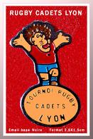 SUPER PIN'S RUGBY : TOURNOI De RUGBY Des CADETS LYON (69) émail Base Noire, Format 2,5X1,5cm - Rugby