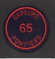 """Pompiers / Insigne Ou écusson D'épaule ( Neuf )  En Tissu Brodé """" Sapeurs Pompiers 65 """" Hautes Pyrénées - Firemen"""