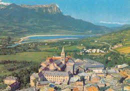 Cp , 05 , EMBRUN , Vue Aérienne, Au Centre, La Tour Brune Et La Cathédrale, Au Fond, Le Plan D'eau - Embrun