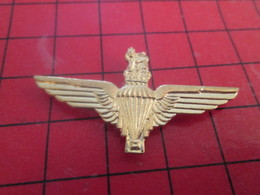 313a Pins Pin's / Rare & Belle Qualité / THEME MILITARIA : METAL JAUNE BREVET PARACHUTE AILES ROYAUME-UNI - Militair & Leger