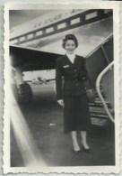 PHOTO DE 9X6 CMS D'NE HOTESSE DE L'AIR DEVANT UN AVION DE AIR ATLAS A ORLY EN JUILLET 1954 - Aviation