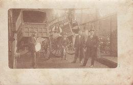 Carte Photo à Identifier Atelier Usine Boisson Avec Tombereau (Chili ?) - Cartes Postales