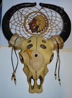 GRANDE SCULPTURE SQUELETTE TETE DE BUFFLE  EN RESINE AVEC INDIEN TBE - Esculturas