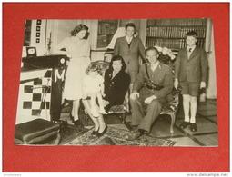 Le Roi Léopold III, La Princesse De Réthy Et Les Enfants Royaux En Suisse En 1945 -  (Photo Découpée) - Familles Royales