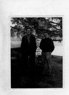 87-MARVAL-   ETANG DE BALLERAND-   RARE PHOTO DE B. DE ROMEFORT ET UN PECHEUR SUR LA TERRASSE DU CHATEAU - Persone Identificate
