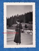 Photo Ancienne Snapshot - Portrait Femme Photographe à La Patinoire - Appareil Photographique Kodak ? Mode Fille Robe - Sport