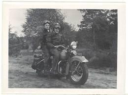 Photo Amateur Couple Sur Moto à Identifier ( Harley Davidson ? ) - Automobili