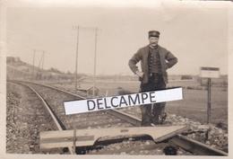 Chemin De Fer Entretien Des Rails Années 1930 - Rare Photo Originale, Un Cheminot Travaillant Sur L'écartement Des Rails - Trains