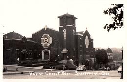 RPPC B&W - Real Photo - Sherbrooke - Église Christ Roi - Animée Voitures - Arrière-plan Hotel Château Frontenac - Sherbrooke