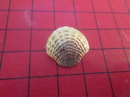 813f Pins Pin's / Rare & Belle Qualité / THEME ANIMAUX : Très Jolie COQUILLE ST JACQUES METAL JAUNE - Animaux