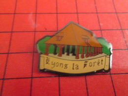 1318b Pins Pin's / Rare & Belle Qualité / THEME VILLES : HALLE COUVERTE LYONS LA FORET Pas Bernard ! - Städte