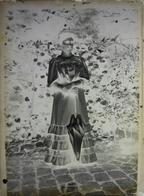 Plaque De Verre Négative - Probablement Herry Dans Le Cher - Un Femme Tenant Une Ombrelle - Glass Slides