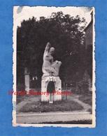 Photo Ancienne Snapshot - Beau Portrait Jeune Fille Devant Une Statue à Identifier - 1945 - Art Artiste Jupe Robe Mode - Places