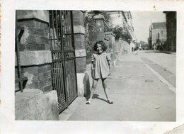 PHoto D'une Fillette Souriante En 1941 Dans Une Rue D'une Commune à Identifier - Luoghi