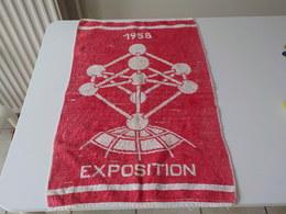 Expo 1958 Serviette De Toilette Rouge  Atomium  Exposition Universelle 58 Bruxelles - Saisons & Fêtes