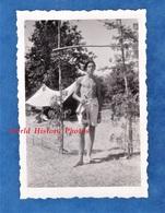 Photo Ancienne Snapshot - Camp Scout ? - Portrait D'un Garçon Torse Nu - Voir Fanion - Scoutisme Enfant - Luoghi