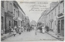 CPA 50 SAINT VAAST LA HOUGUE  LA RUE DU MARCHE ** BELLE ANIMATION ** - Saint Vaast La Hougue