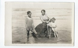 C Photo Mere Avec Enfants( Pose Sur Rocher Bord De Mer ) - Foto