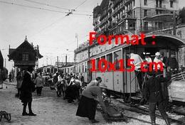 Reproduction D'une Photographie Ancienned'un Train Avec Passagersgare De Chamby Canton De Vaud En Suisse En 1916 - Reproductions