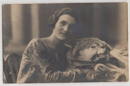 8813 Woman With A Smile And A Wolf Skin Original Photo Pc Ukraine Chernigov 1920s - Personnes Anonymes