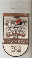 K. LATVIA REZEKNE PIN Badge On FLAG PENNANT - 700th Anniversary Of City Town 1285 - 1985 Coat Of Arms - Patches