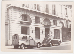 2 Ch Commerciale (CITROËN) Et Coccinelle (VOLKSWAGEN) Devant L'hôtel Bourgogne Montana - Automobiles