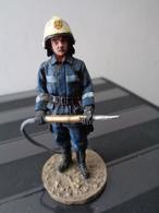 FIGURINE METAL LOURD PEINT - SARAJEVO  POMPIER 2003 TENUE DE FEU - Pompiers