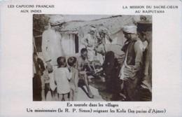 Inde - Les Capucins Français Aux Indes - Un Missionnaire Soignant Les Kolis ( Les Parias D' Ajmer ) - Inde