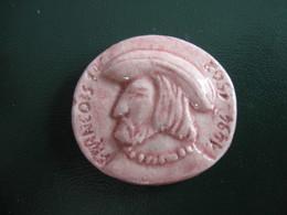 Fève Roi Sur Fond Rose En Céramique Série Rois Et Reines Avant 1993 - France Décors  - Fèves - Rare - History