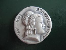 Fève Reine Sur Fond Gris En Céramique Série Rois Et Reines Avant 1993 - France Décors  - Fèves - Rare - Histoire