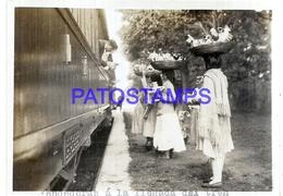 111990 PARAGUAY ASUNCION COSTUMES SELLER VENDEDORAS A LA LLEGADA DEL TREN STATION TRAIN PHOTO NO POSTAL POSTCARD - Paraguay